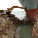 barco atascado en el canal de suez