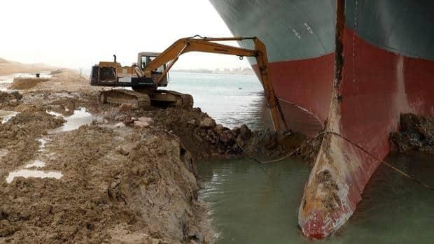 El barco atascado en el canal de suez vuelve a navegar